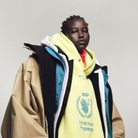 Model Adut Akech draagt Balenciaga in 'The Earthwise Issue' van i-D, najaar 2018. Foto: Campbell Addy. Styling: Alastair McKimm